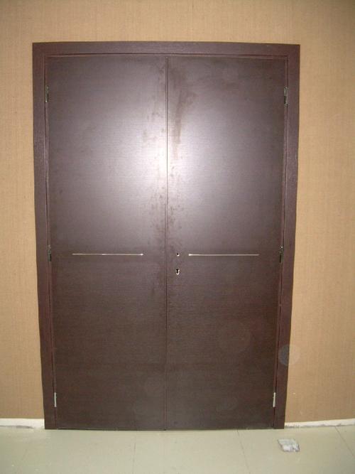Дженнифер энистон открывает двери своего дома